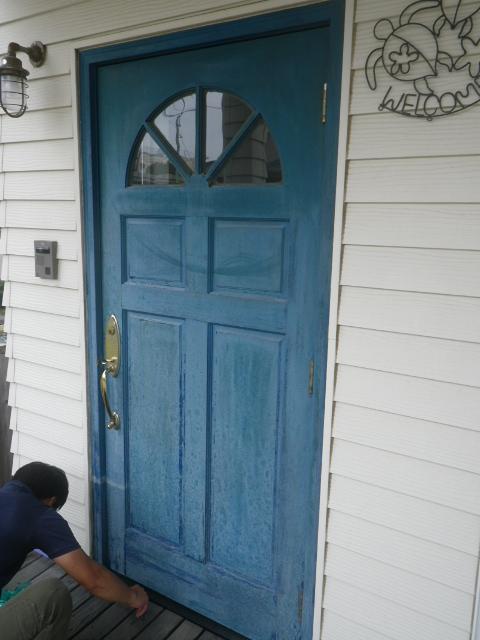 玄関ドアを塗り替える