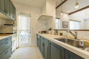 アイジー実例物件 立ち上り壁で手元が隠れる、対面キッチン