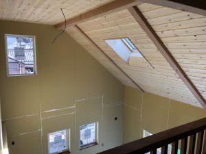 羽目板仕上げの勾配天井