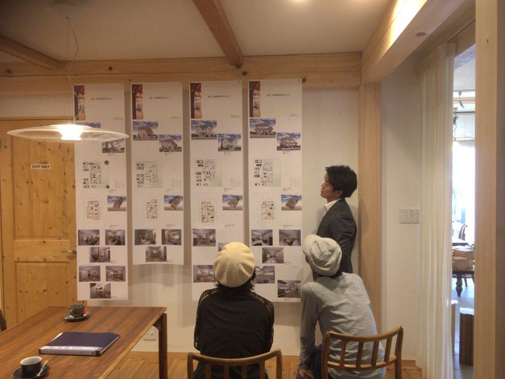 住宅設計社内コンペ提案の様子